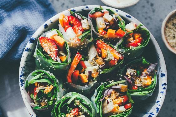Veggie rolls con salsa de cacahuete - Recetas - Veritas