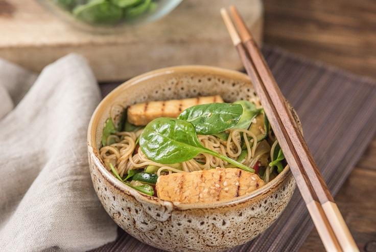 Fideos japoneses con tempe y verduras