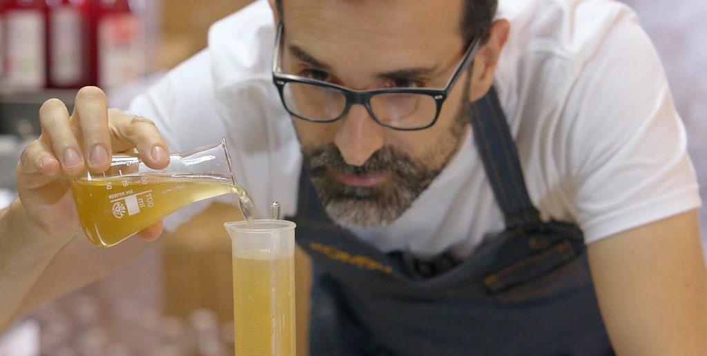 Jordi Dalmau haciendo la kombucha