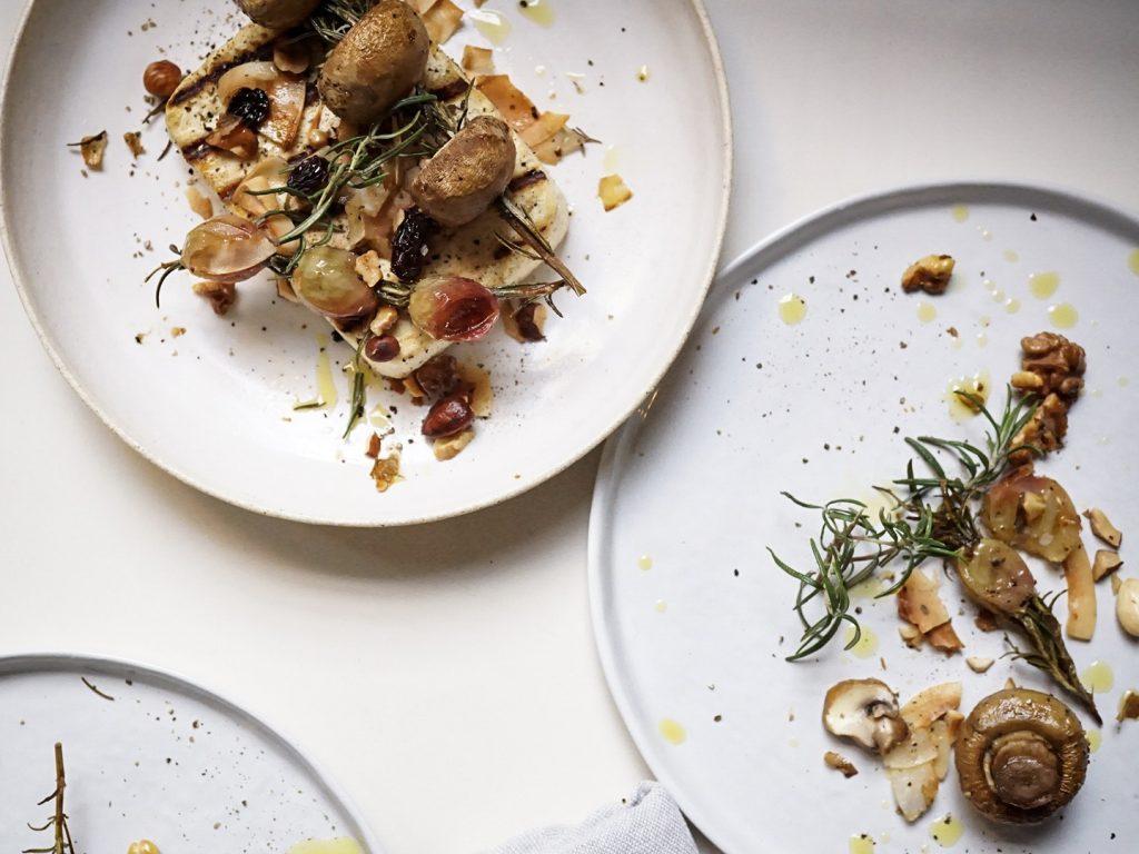 Tofu marinat amb raïm i bolets rostits amb romaní - Veritas