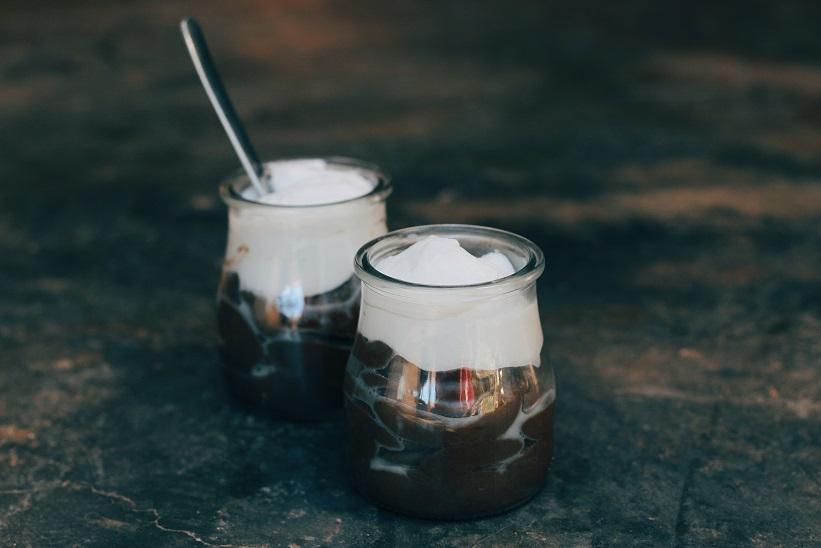 Mousse de crema de algarroba con nata de coco - Recetas - Veritas
