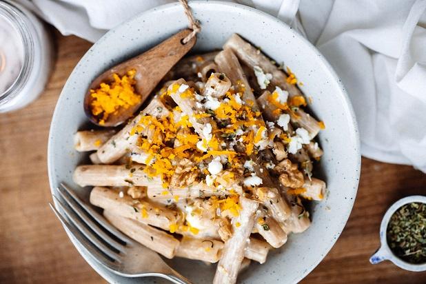 Pasta integral con salsa de naranja, queso y nueces - Recetas - Veritas