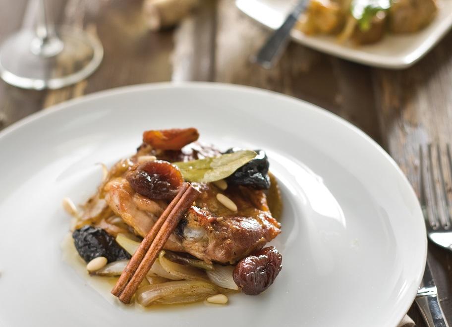 Pollo asado con ciruelas y piñones - Veritas