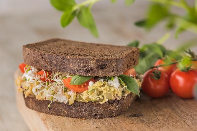 Sandwich de legumbres y alcaparras con salsa de yogur - Veritas